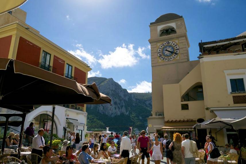 Capri, bar chiusi nelle celebre piazzetta: è scontro tra commercianti e Comune