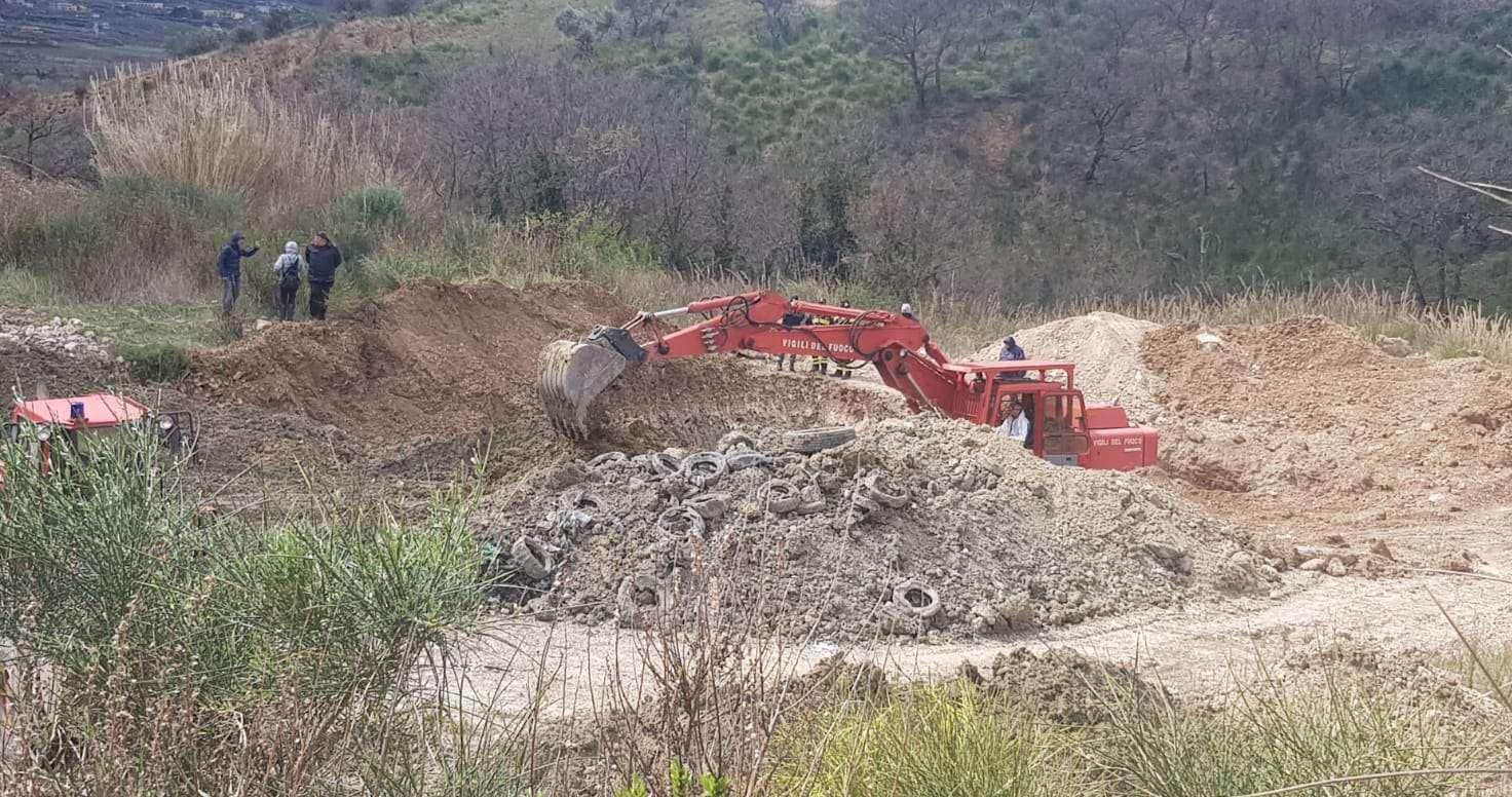 Scavi a San Lorenzo Maggiore, dal terreno spuntano rifiuti sepolti (FOTO)