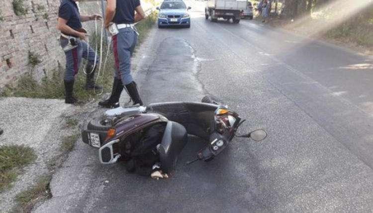 Salerno, non si fermano all'alt e perdono il controllo dello scooter rubato: denunciati