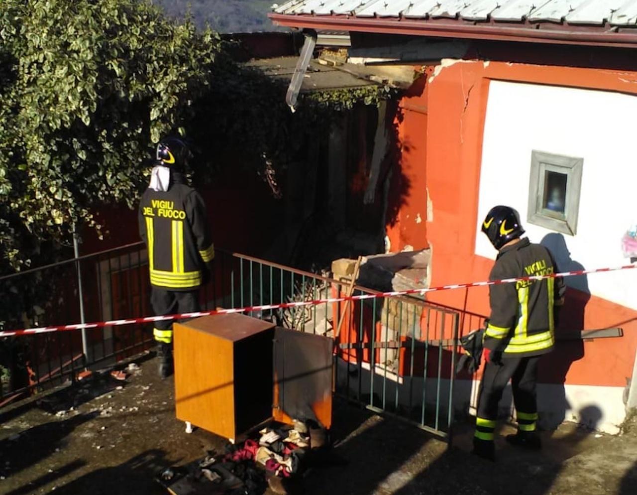 Grottolella, esplode una bombola di gas: 22enne estratto dalle macerie