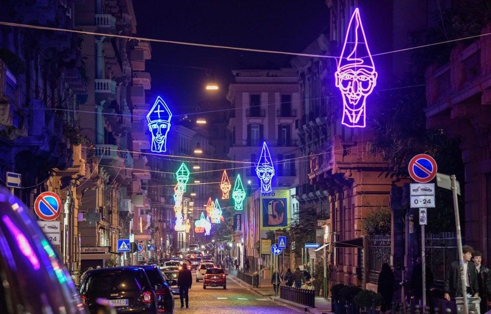 Luci Di Natale A Napoli.Di Segni Di Luce Il Natale A Chiaia Si Accende Con Qualche Polemica