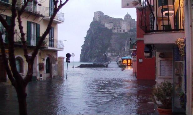Ischia, piazzale Aragonese allagato: abitanti camminano con buste ai piedi  (VIDEO)