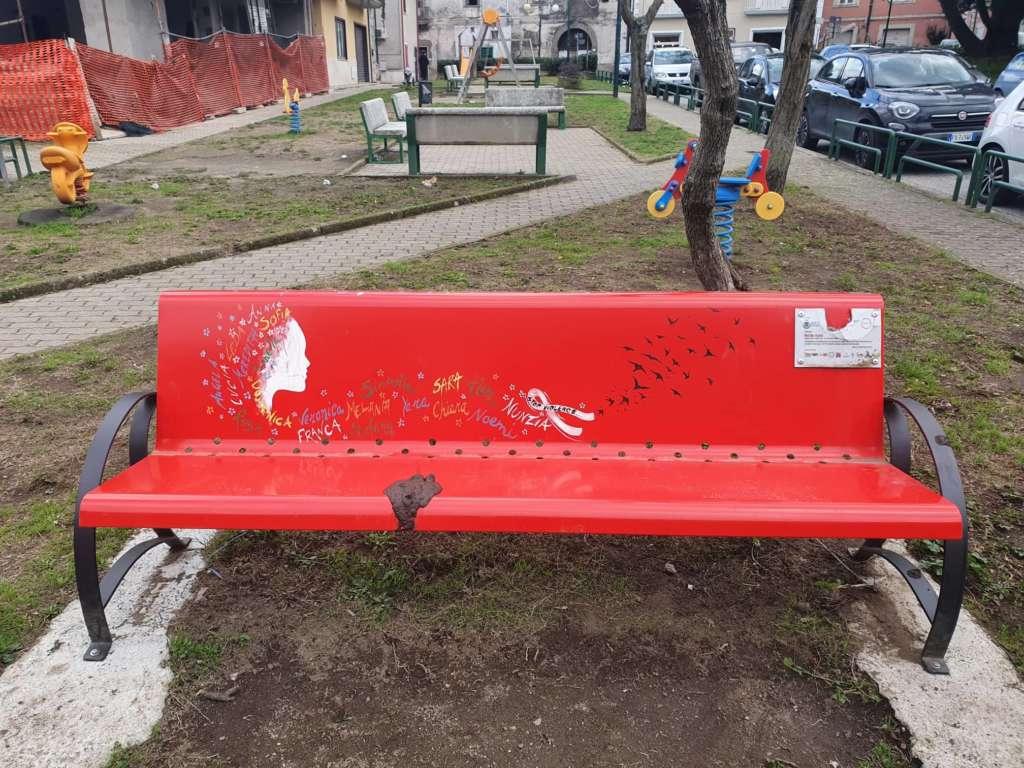Scandalo a Serino: imbrattata con escrementi la Panchina Ros