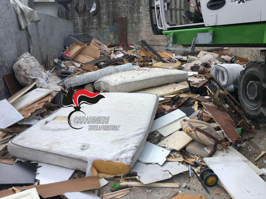 Napoli, caos rifiuti a Pianura: sequestrata l'isola ecologic