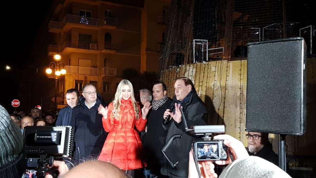 Martina Stella inaugura il Natale beneventano: acceso l'albero a piazza ...
