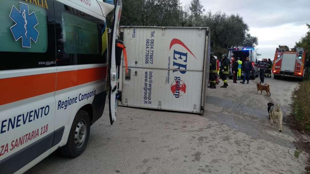 Paura a Ponte: camion si ribalta, intervengono vigili del fu