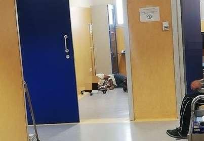 Paziente lasciato a terra dagli infermieri con flebo attaccata al braccio
