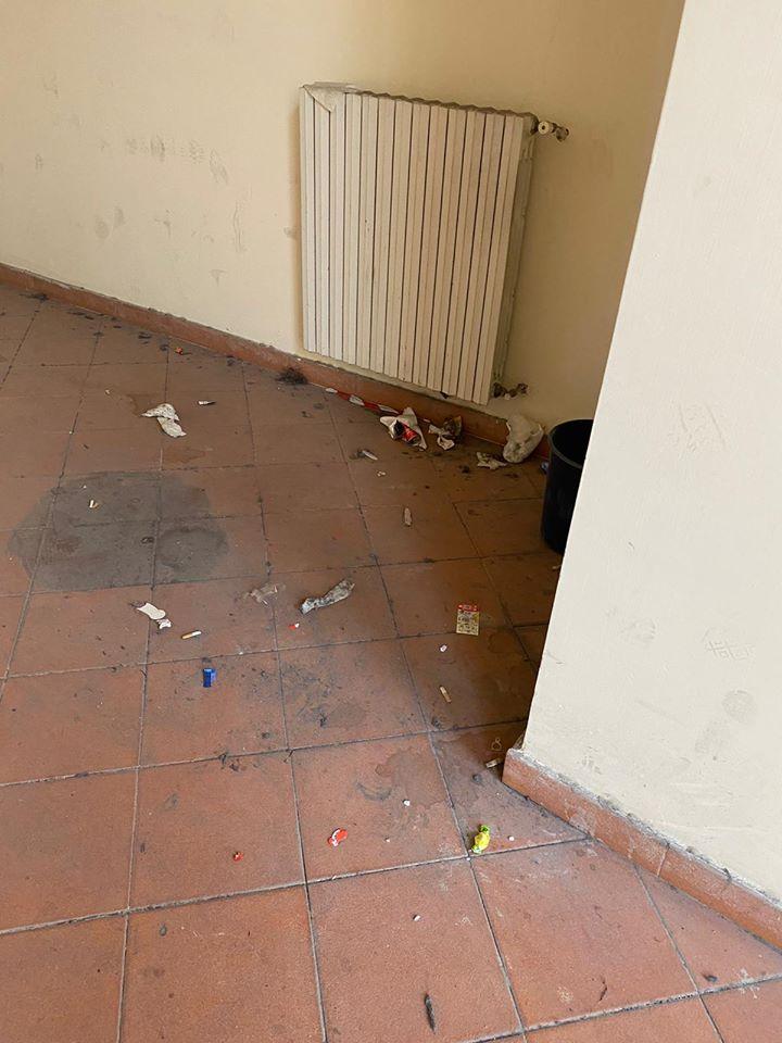 Bambini a scuola tra sporcizia e pericoli: il degrado denunc
