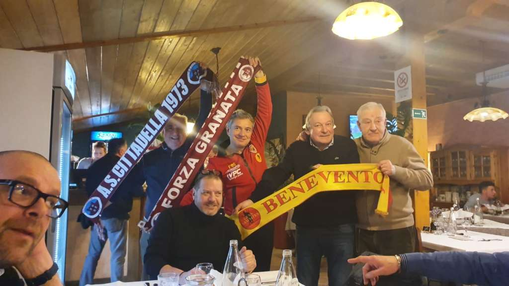 Oltre la rivalità calcistica: un brindisi tra i tifosi del Cittadella e del Benevento (FOTO)