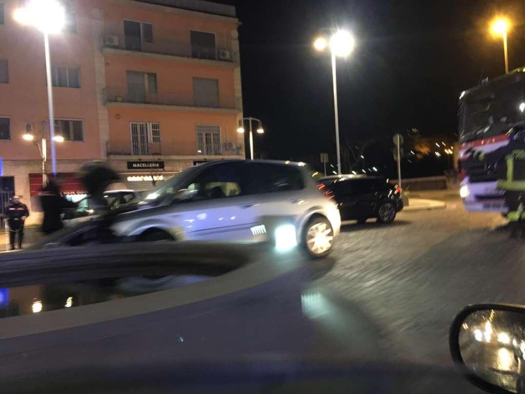 Va a sbattere contro la fontana di piazza Bissolati: auto di