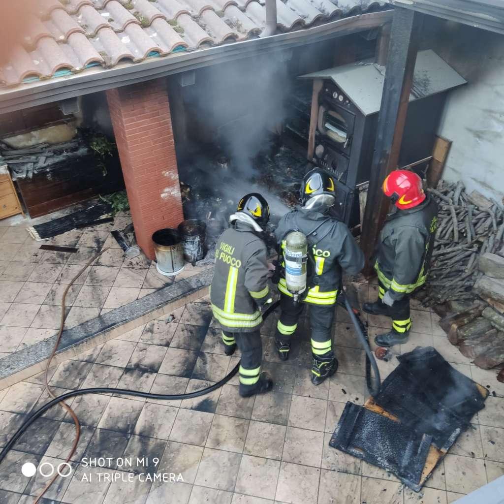 San Leucio del Sannio, incendio in un porticato: al lavoro i