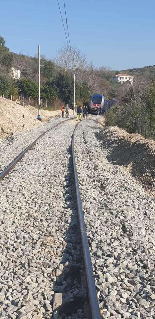 Treno Eav esce dai binari: paura sulla tratta Napoli Beneven