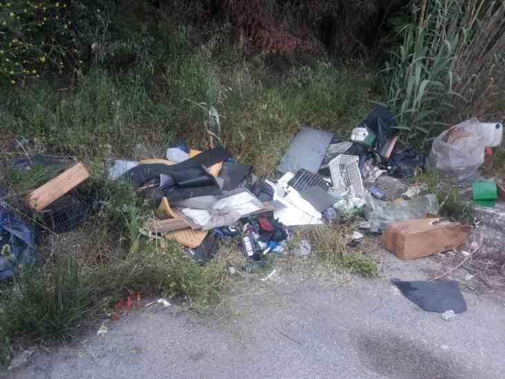 Buccino, ricambi auto abbandonati in strada: scattano le ind