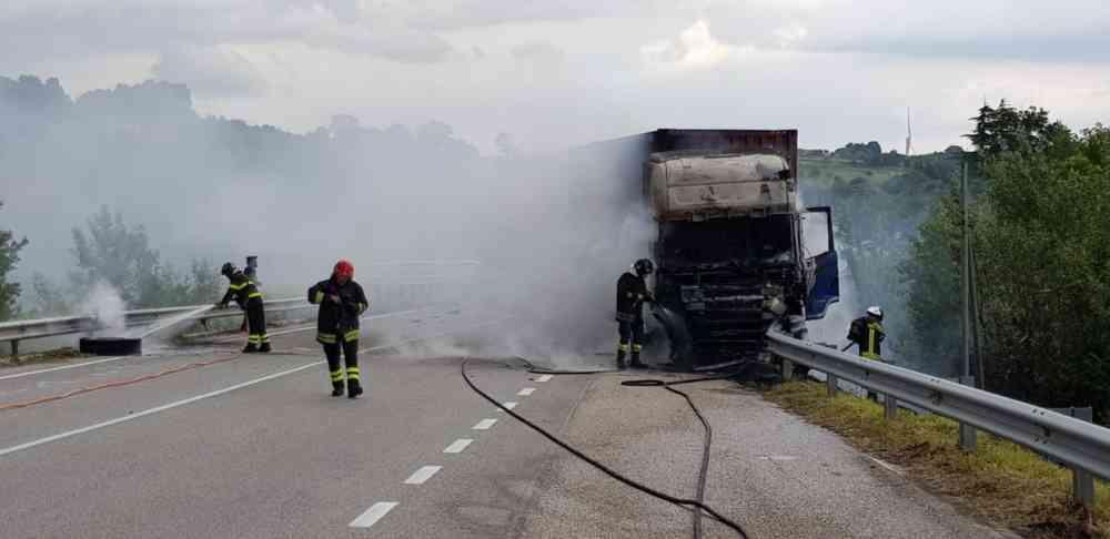 Camion in fiamme sulla Statale 87, nessun ferito – VIDEO