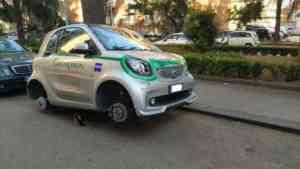 Entrambe le auto senza gli pneumatici: brutto risveglio per