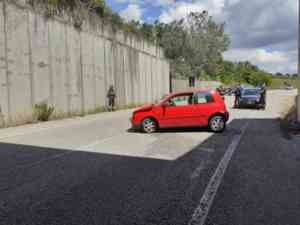 Incidente lungo la Fortorina, auto contro muro: grave una do
