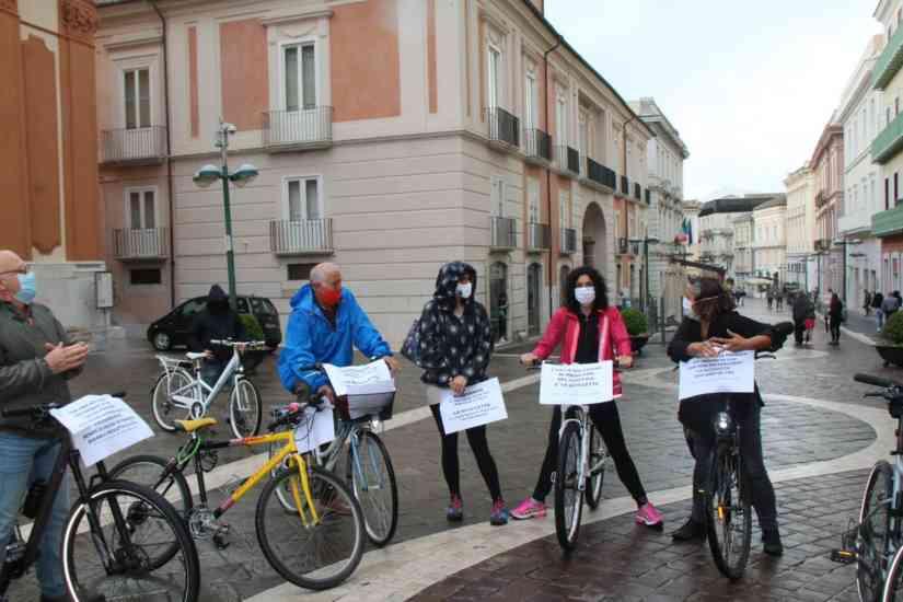 """Benevento, ciclisti in protesta sul Corso: """"Sia riaperto"""". M"""