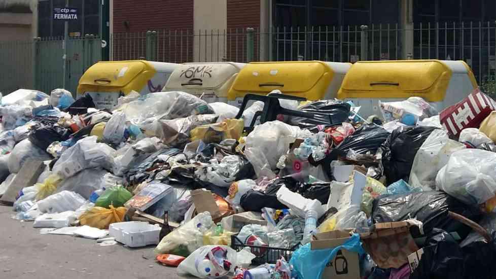 Pianura e Soccavo, quartieri al collasso: i rifiuti invadono
