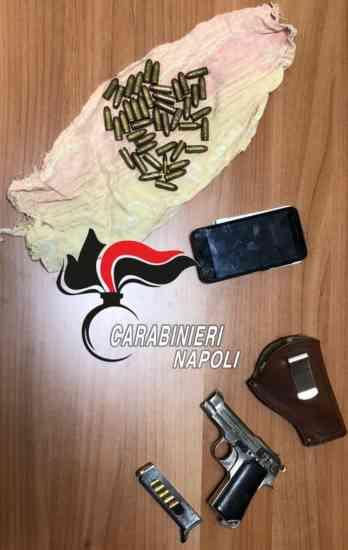 Vede i carabinieri e prova a nascondere la pistola carica: p
