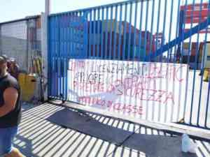 """Porto di Napoli bloccato, la protesta dei lavoratori: """"No ai"""