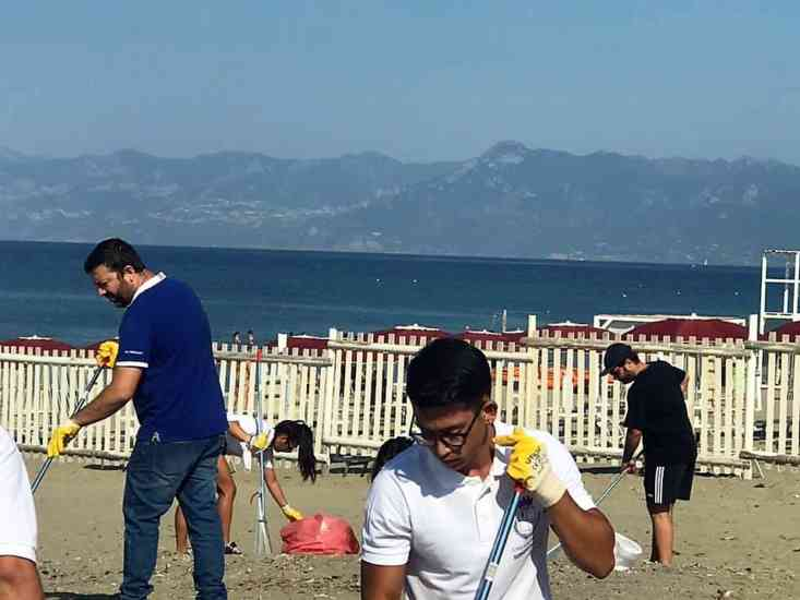 Battipaglia: volontari, assessore e consigliere ripuliscono in spiaggia