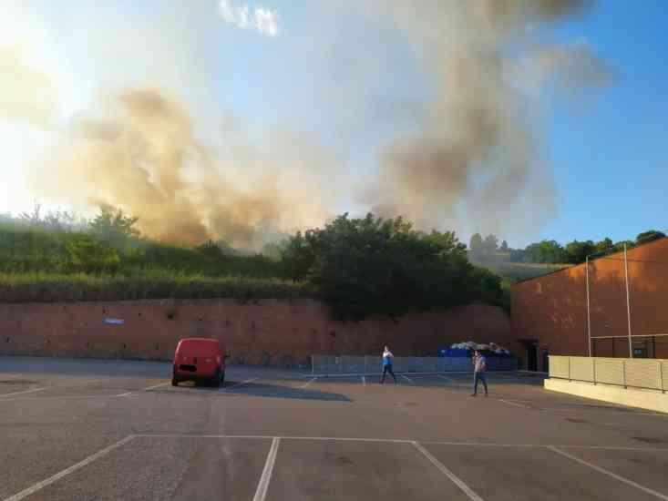 """Incendio nei pressi del """"Buonvento"""": evacuati negozi e parcheggio (Video & Foto)"""