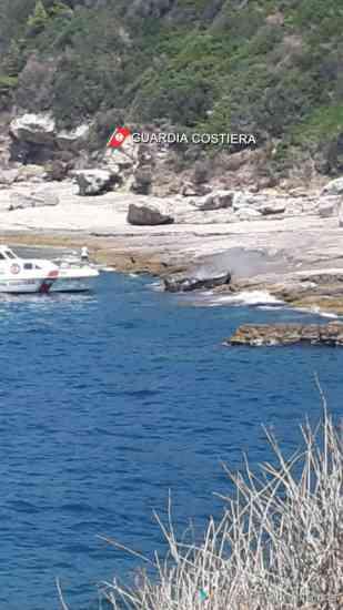 Panico in mare, barca a fuoco con tre persone a bordo: una è in ospedale (FOTO)