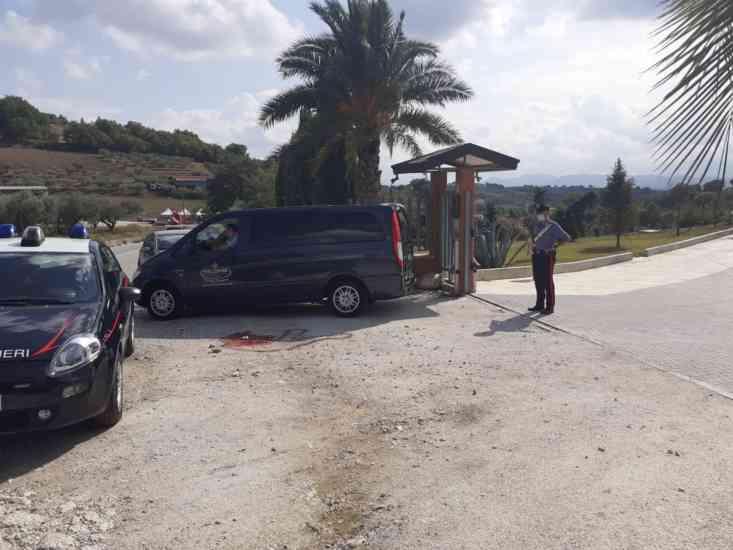 Tragedia sulla 90 bis: morto un uomo, aveva viaggiato nascosto sotto a un tir
