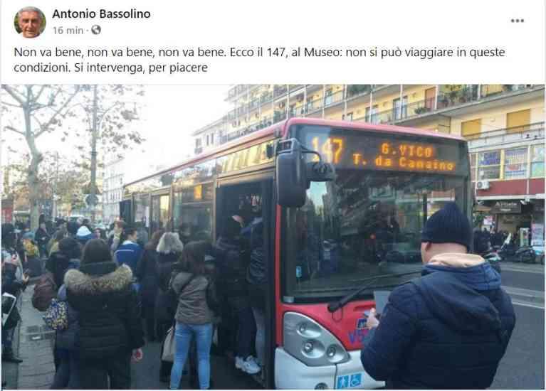Il giallo del 147 affollato: Bassolino pubblica la foto, ma poi cancella. Era vecchia?