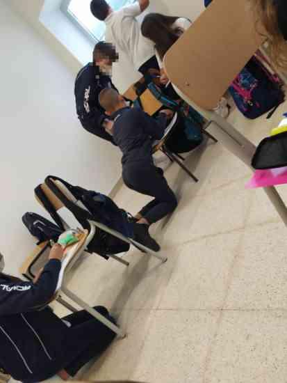 L'Italia in ginocchio: Salerno, bambini costretti a studiare a terra. Le foto