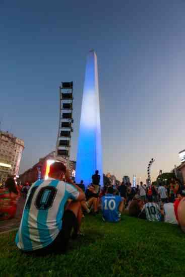 """Maradona, la veglia di Napoli e Buenos Aires: """"Diego non è morto"""" (FOTO)"""
