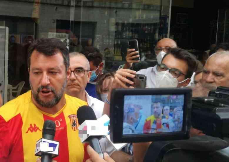 Senza mascherina a Benevento: Salvini paga la multa