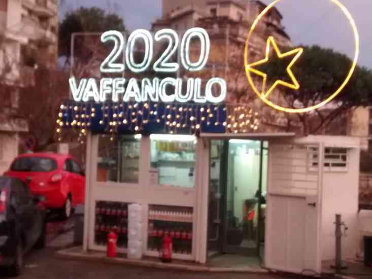 Un bel vaffa al 2020: la geniale e condivisibile idea del benzinaio napoletano