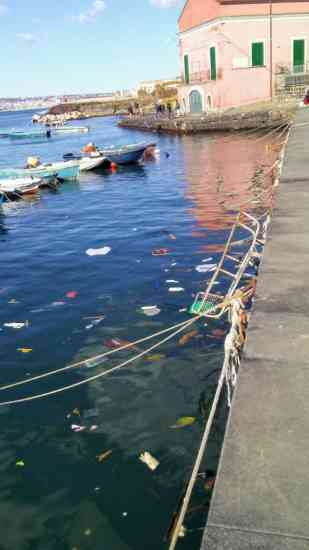 """Portici, il mare """"eccellente"""" di Cuomo è il più inquinato d'Italia da microplastiche"""