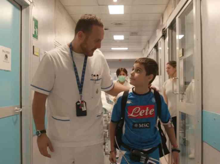 """""""Dottori in corsia"""": la storia di Cristian, il bimbo napoletano con il cuore artificiale (VIDEO)"""