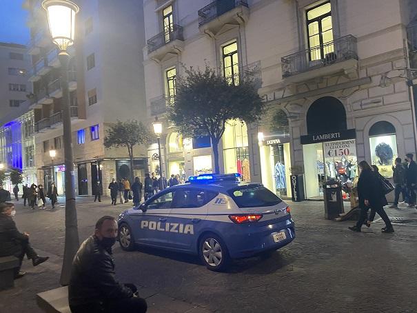 Salerno, vigilia di zona rossa: corso presidiato dalle forze dell'ordine (FOTO)