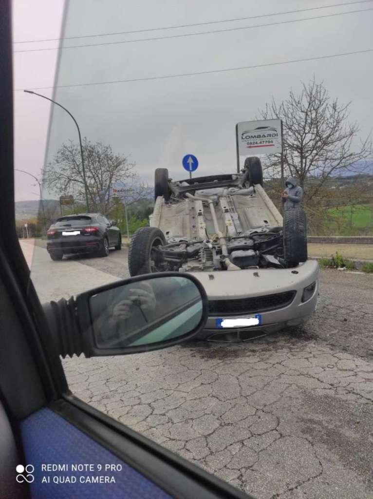 Benevento, perde il controllo dell'auto e si ribalta: spavento per un 43enne