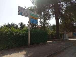 Indicazioni stradali ostruite dalla cartellonistica in via Fratelli Rosselli: arriva il rimedio all'errore