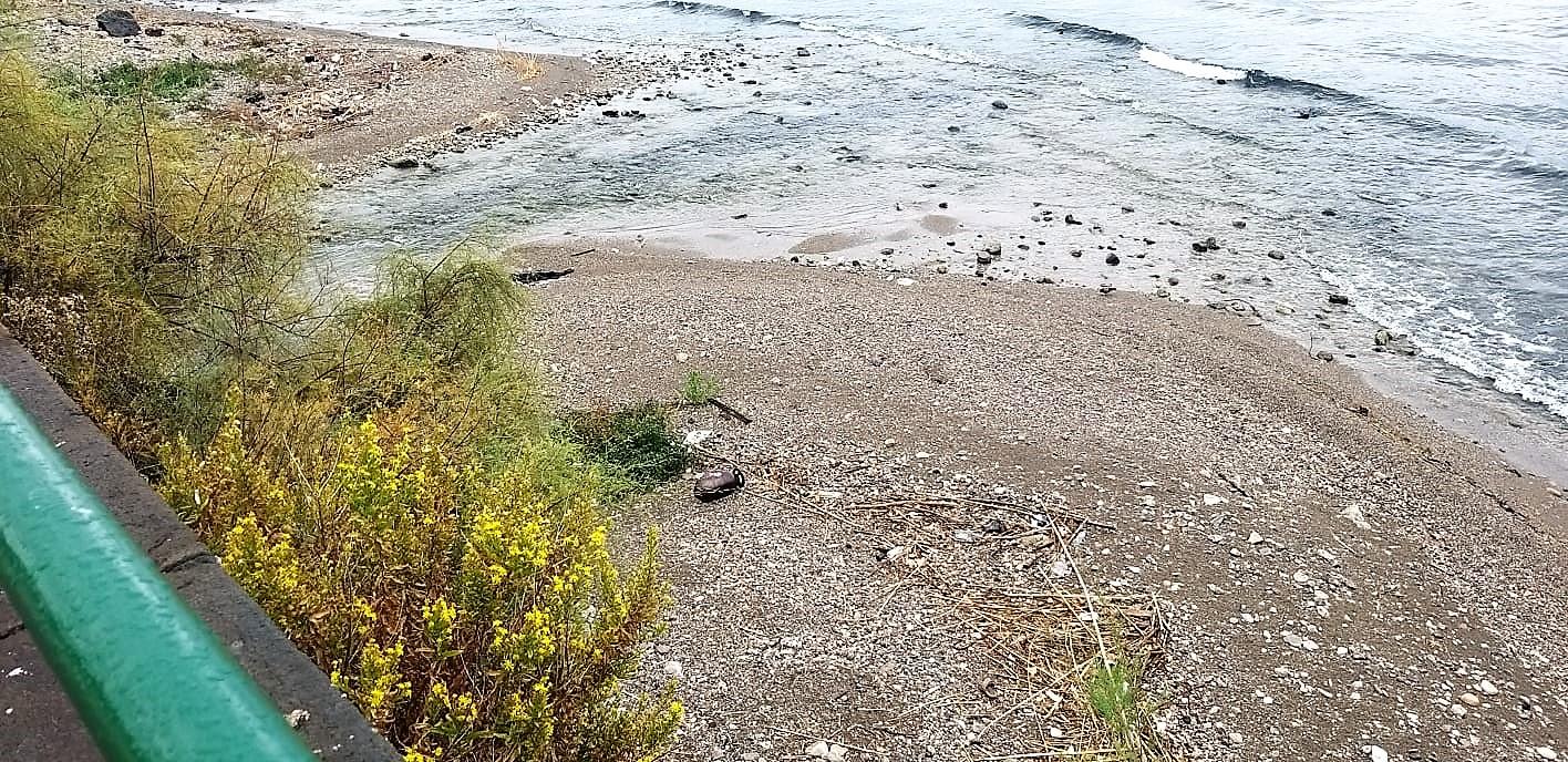 Bombola sulla spiaggia alla foce dell'Irno (FOTO)